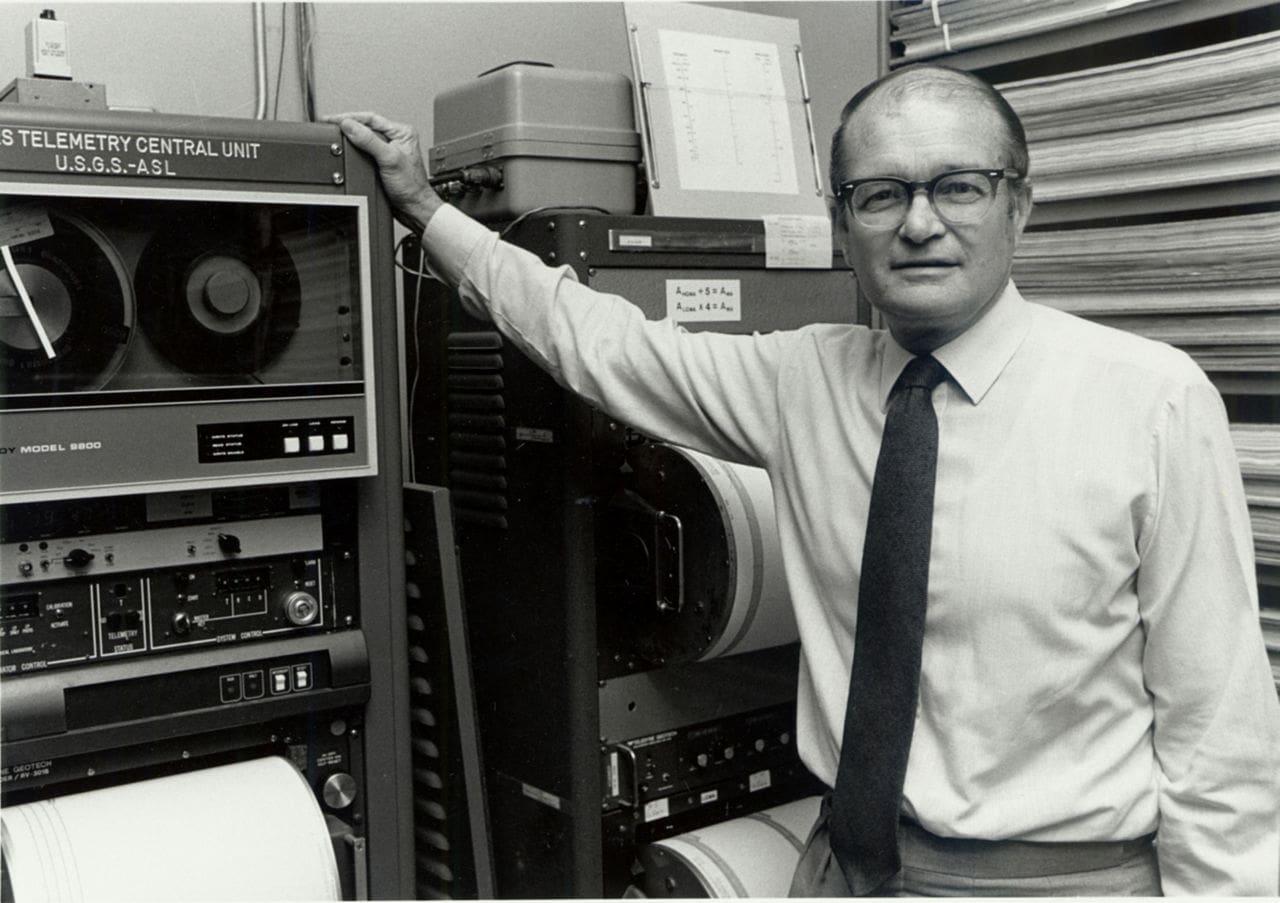 بروس بولت( Bruce Bolt ) نام محقق، ژئوفیزیکدان و دانشمند
