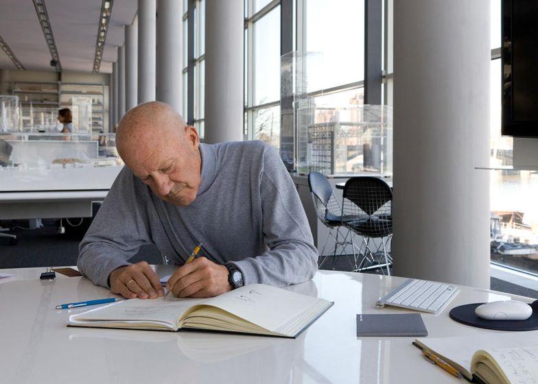 نورمن فاستر در حال مطالعه