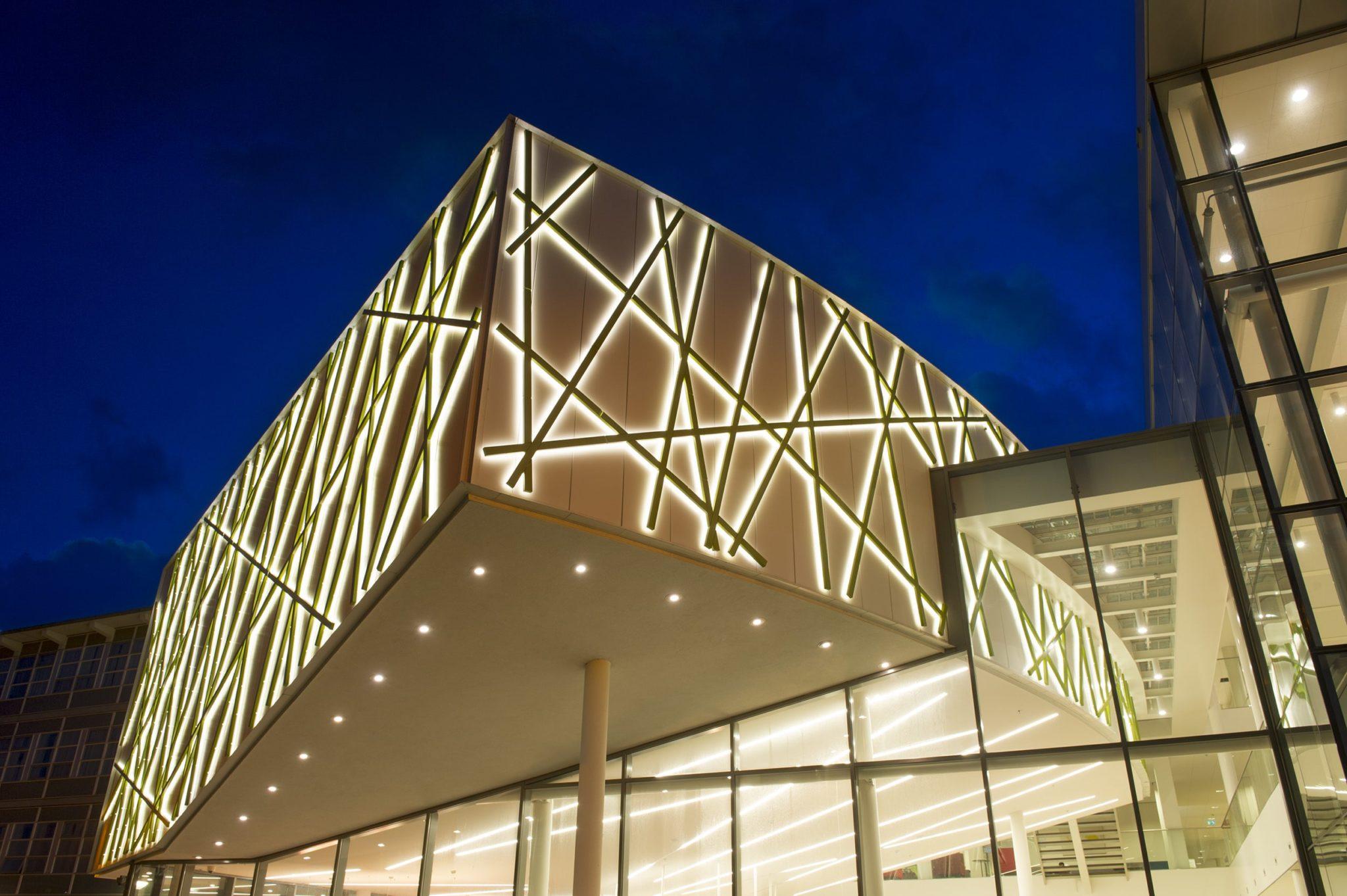 اصول و ضوابط نورپردازی نمای ساختمان ostovarsazan.com