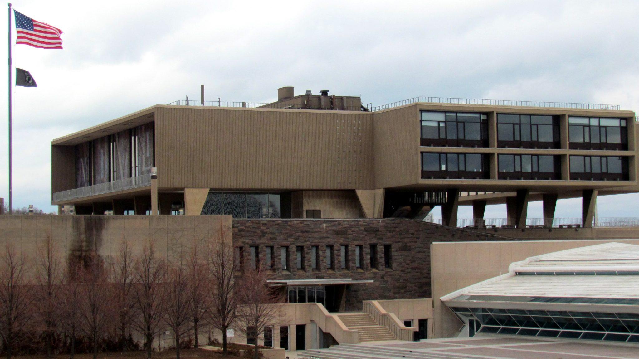 ارو سارینن و بررسی Milwaukee County War Memorial Center