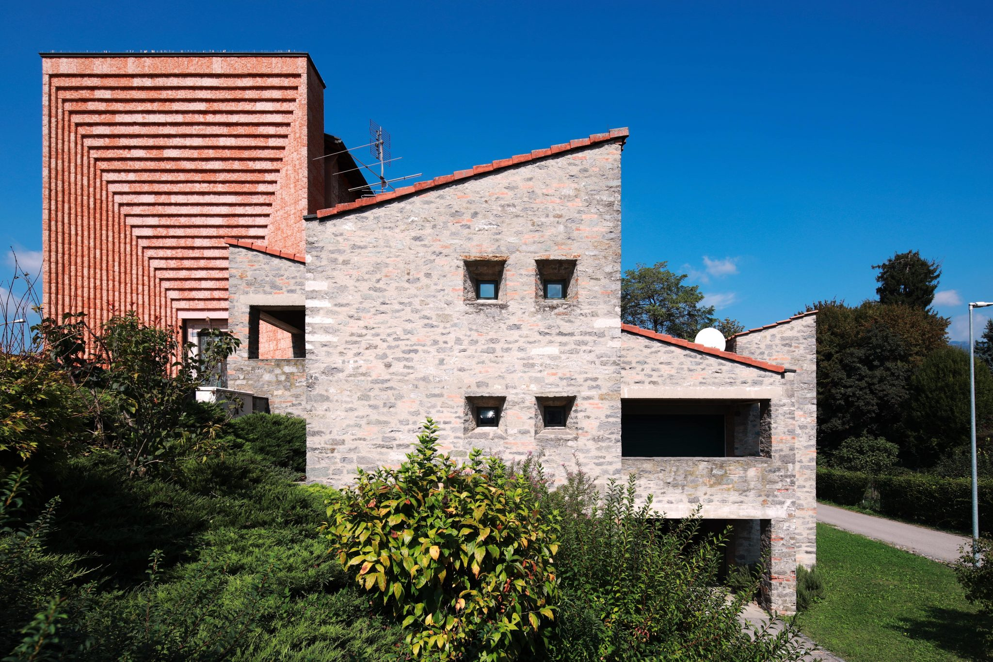 ماریو بوتا First construction of Mario Botta 1961–1963. Parish house in Genestrerio