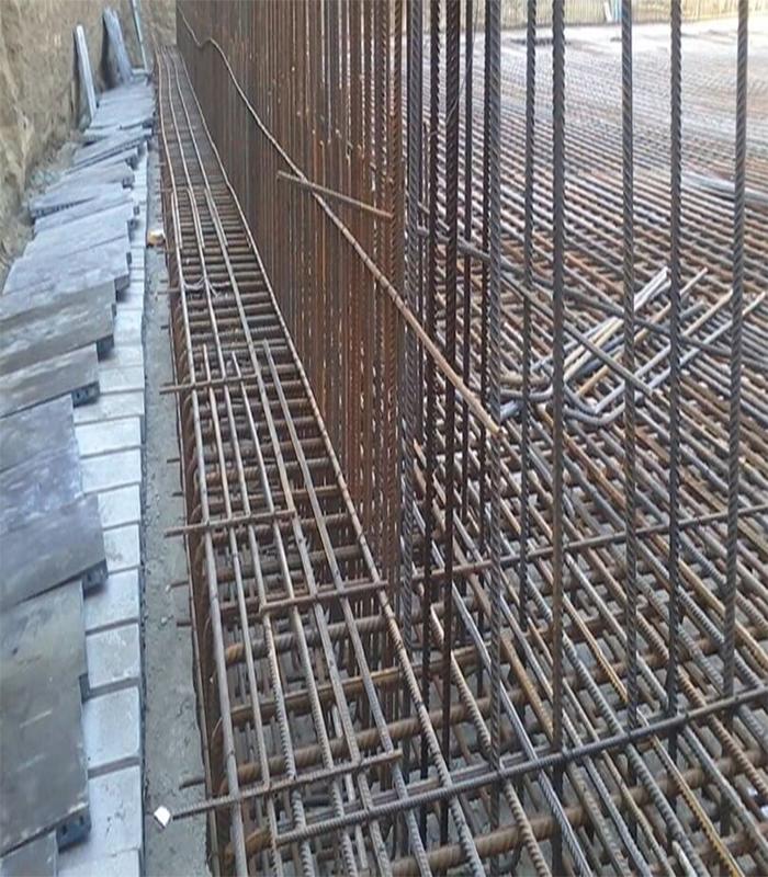 لقمهگذاری با سنگ و تکه آجر در کف فونداسیون - آرماتور بندی ستون - استوارسازان