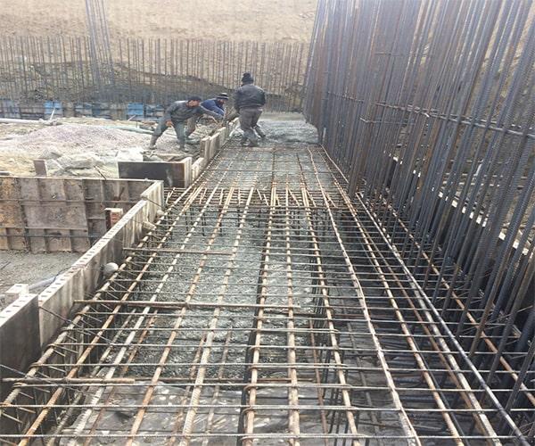 بتن ریزی دیوار برشی به وسیله جرثقیل و استفاده از باکت یا جام - استوارسازان